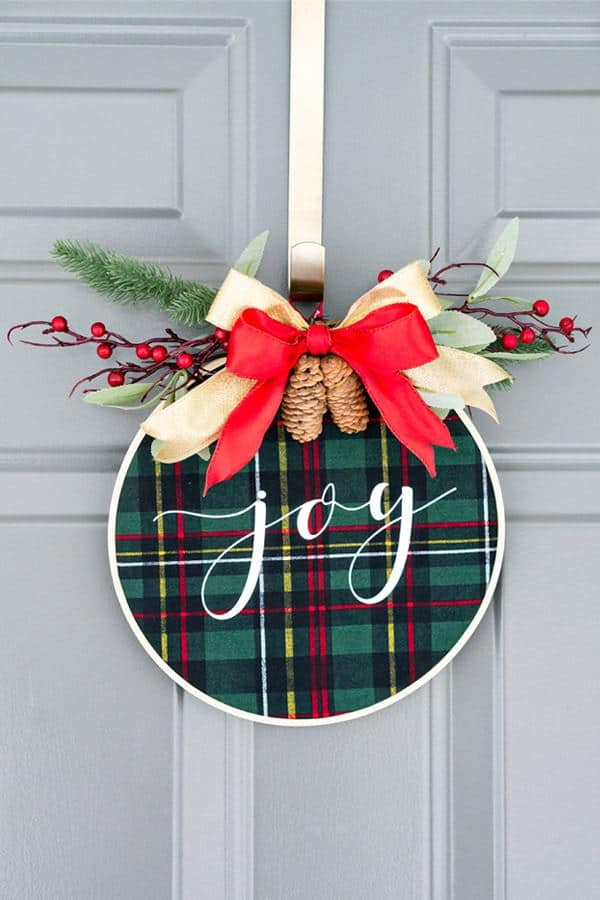 DIY Christmas Wreath by Mom Envy